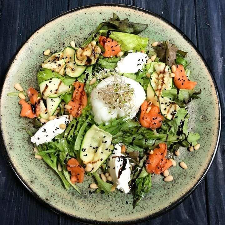 Салат с лососем и яйцом пашот