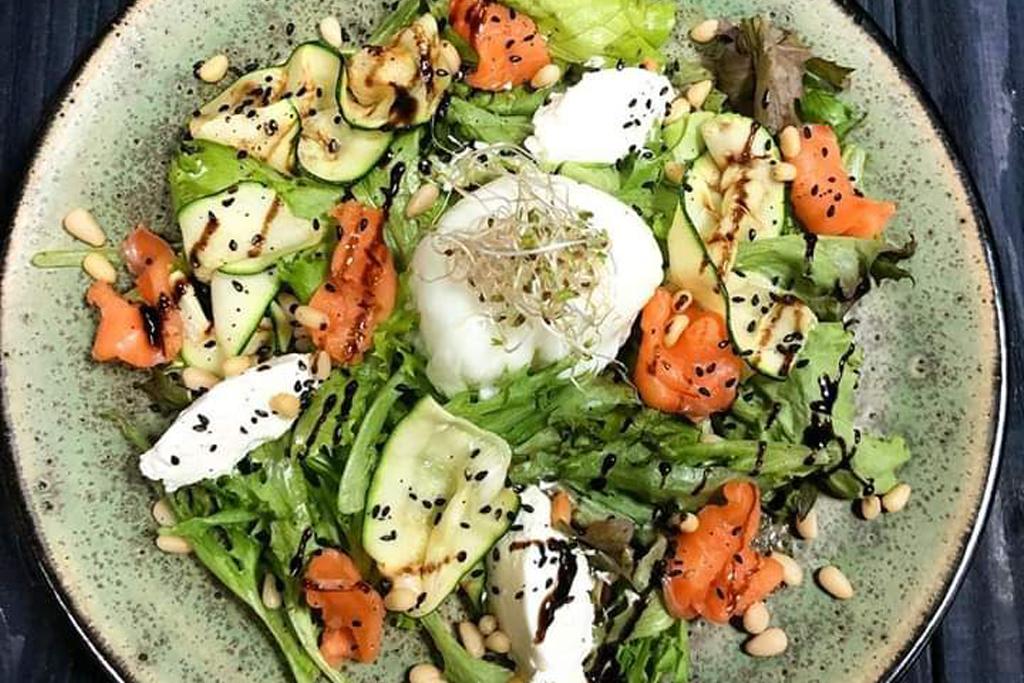 Салат з лососем и яйцем пашот